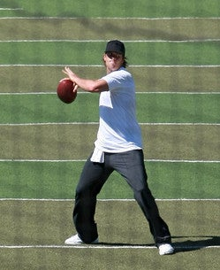Tom+Brady+Practicing+UCLA+Football+Training+UVo7BsAj0fol.jpg