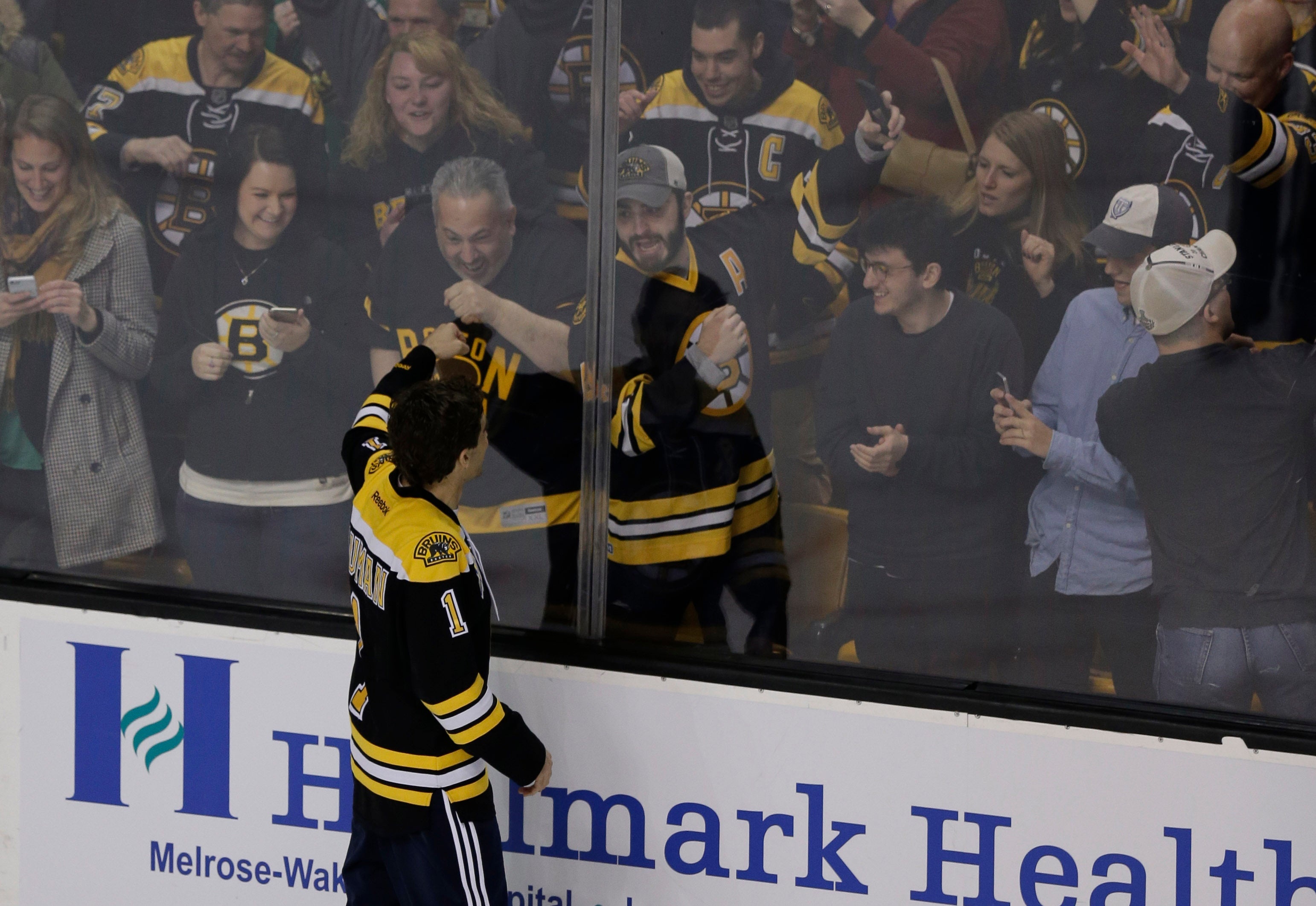 Actor Jake Gyllenhaal, portraying Boston Marathon bombing survivor Jeff Bauman, thanks the crowd of Boston Bruins fans after filming a scene from a feature film about the bombing on the ice of Boston Garden, Tuesday, April 5, 2016. (AP Photo/Charles Krupa)