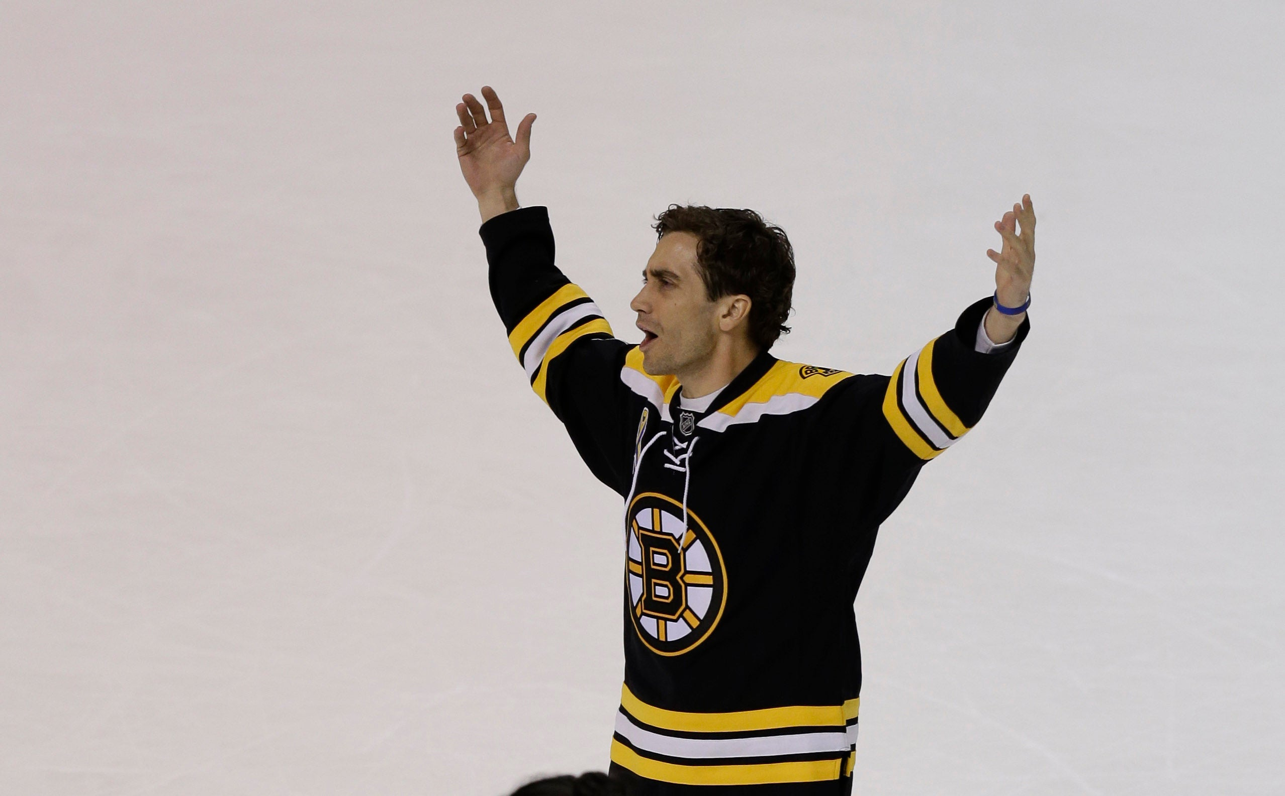 Gyllenhaal thanks the crowd of Bruins fans after filming the scene.