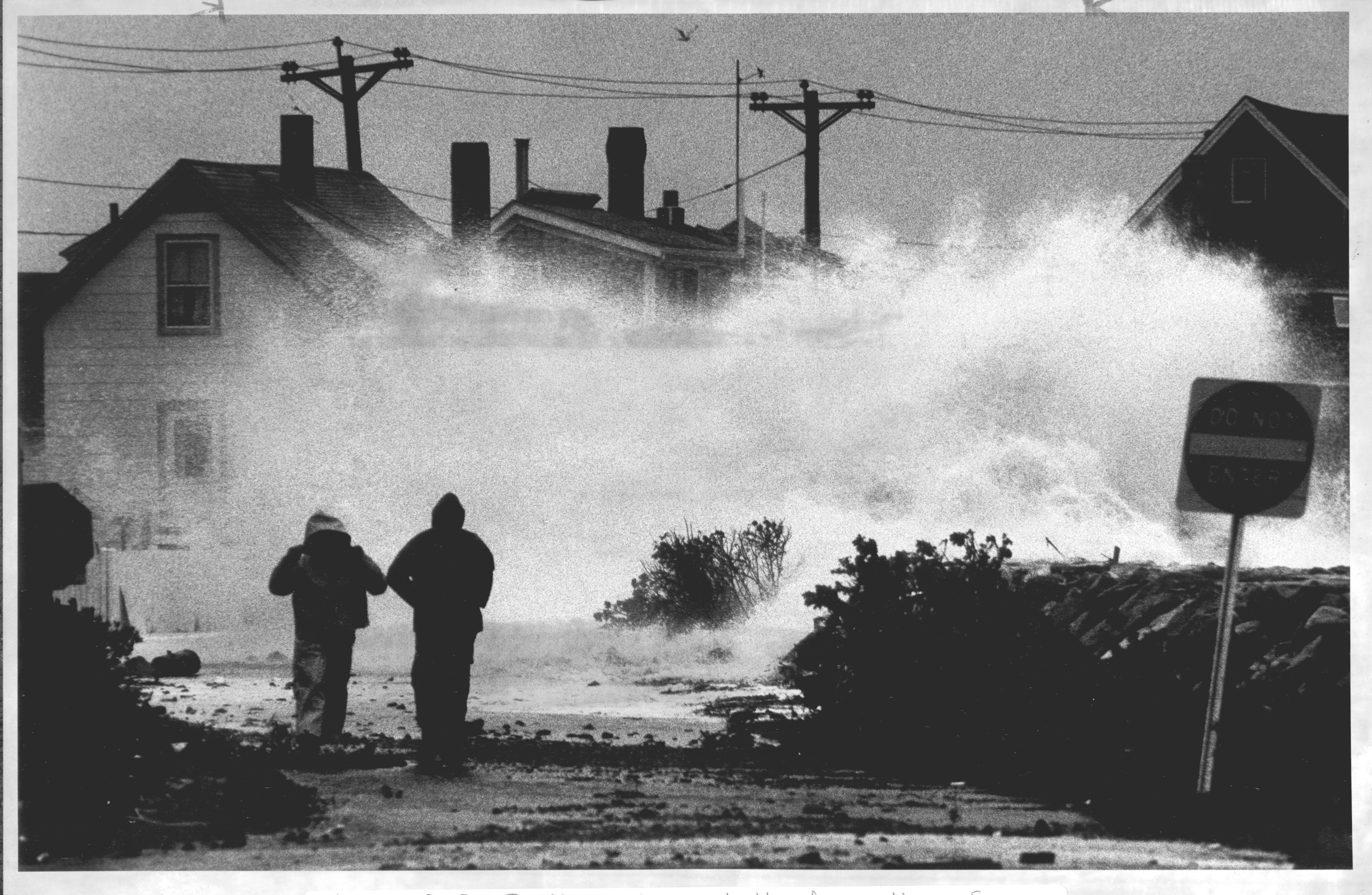 FROM MERLIN ARCHIVE, DON NOT RESEND TO LIBRARY 10/30/1991 Hull, MA. Residents leave battered section of Nantasket Ave. in Hull. BGB 'NO NAME STORM' OPS BG STORE 03timeline Library Tag 04032011 Globe South
